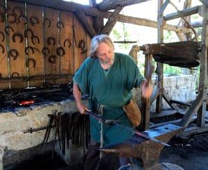 средневековый кузнец за работой