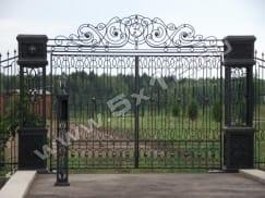 Ворота с коваными столбами