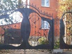 Ворота кованые с калиткой в частном доме