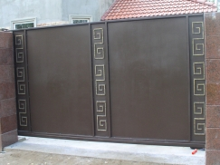 Автоматические ворота с элементами ковки