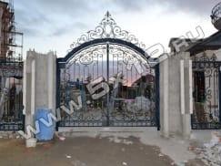 Кованые ворота с калиткой и забором